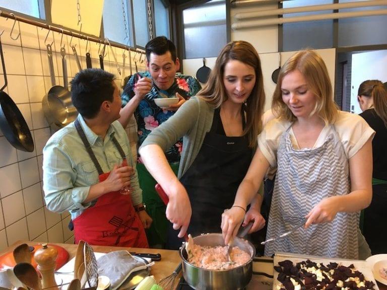 samen aan de slag in de keuken van kookstudio dennis leeuw in amsterdam