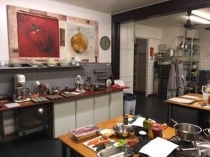 alles staat klaar in de keuken voor een kookworkshop in amsterdam bij kookstudio dennis leeuw