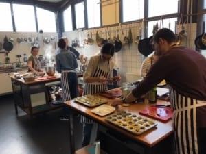 afbeelding gasten tijdens een kookworkshop in amsterdam bij kookstudio dennis leeuw