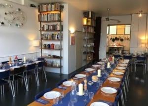 afbeelding van de gezellige eetkamer van kookstudio dennis leeuw in amsterdam